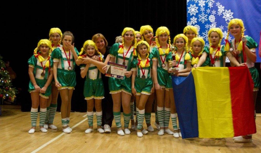"""Majoretele arădene au urcat pe podium la """"Dancing Europe"""""""