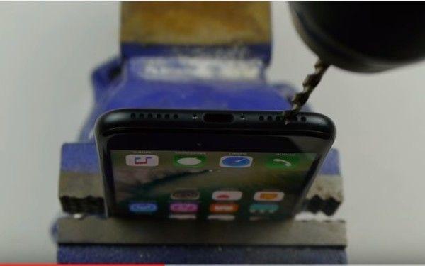 CÂND CREZI CĂ TOT CE ZBOARĂ SE MĂNÂNCĂ ÎȚI GĂUREȘTI ȘI iPHONE-UL CU BORMAȘINA