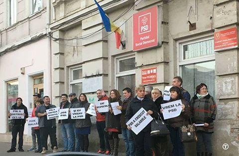 Campania imbecilă continuă: Liberalii lui Falcă şi-au făcut poze în fața sediului PSD