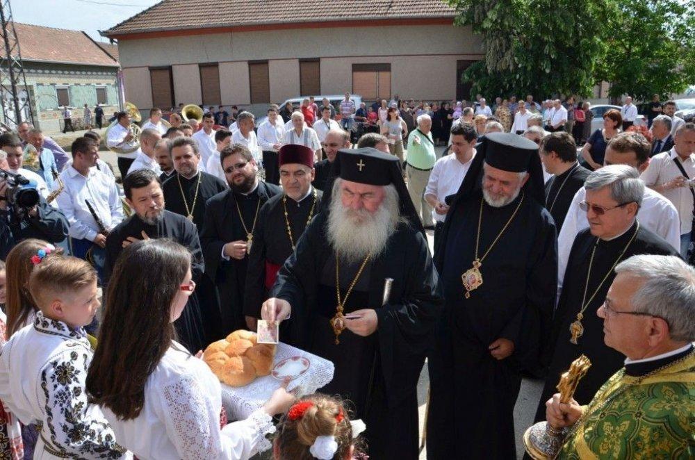 Mitropolitul Banatului a cântat colinde alături de românii din Serbia
