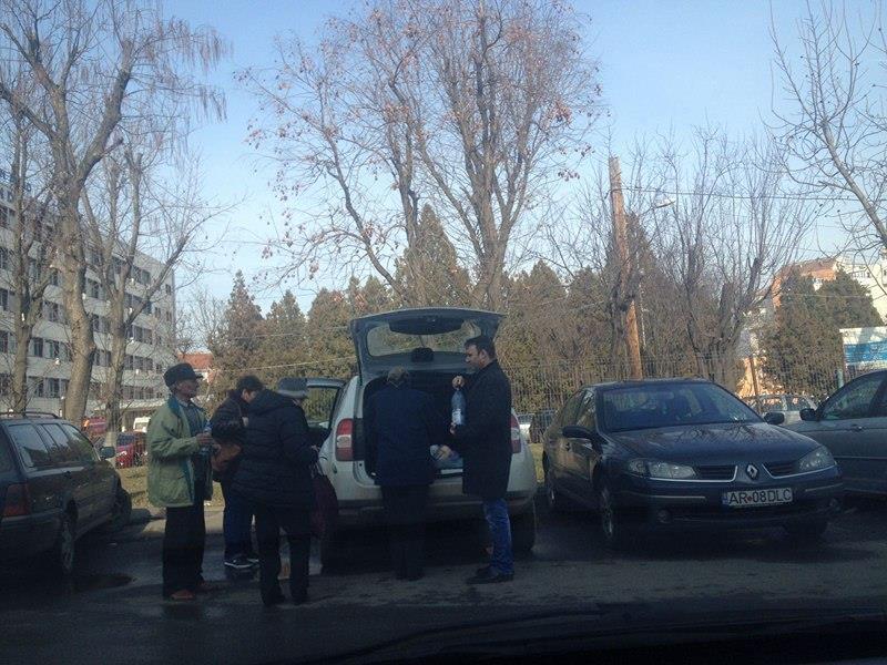 Abuz! Maşina Primăriei Tauţ cară neamurile primarului la Spitalul Judeţean (FOTO)
