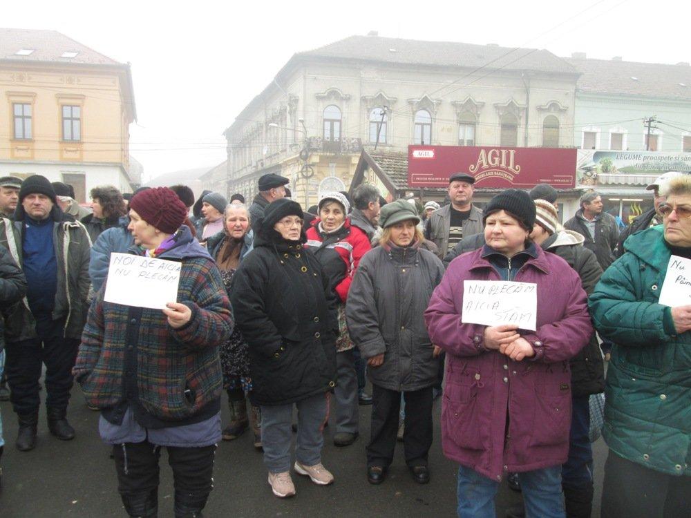 Protest în Piaţa Catedralei! Peste 1.000 de arădeni, împotriva demolării (FOTO)