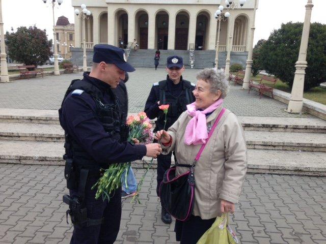 Doamne și domnișoare ,,sancționate'' de jandarmii arădeni cu flori