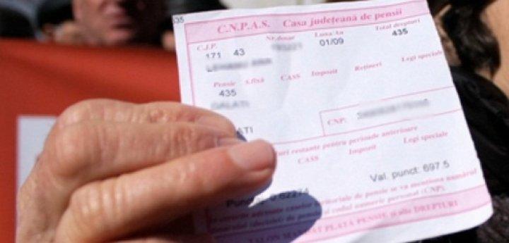 Administraţia din Zădăreni, impasibilă deşi zeci de localnici îşi aşteaptă pensiile în stradă
