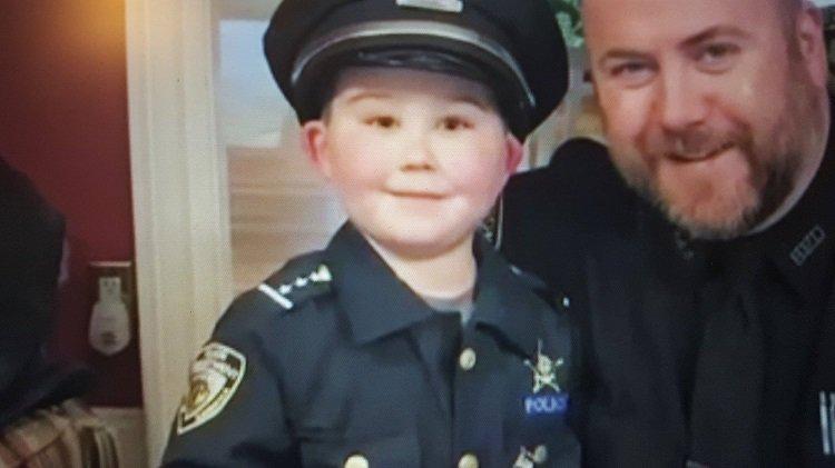 Povestea băiețelului bolnav de cancer devenit polițist onorific