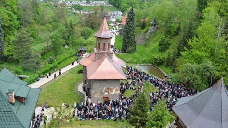 Mănăstirea Prislop, locul unde dacă te înalți un pic mai mult dai mâna cu Dumnezeu