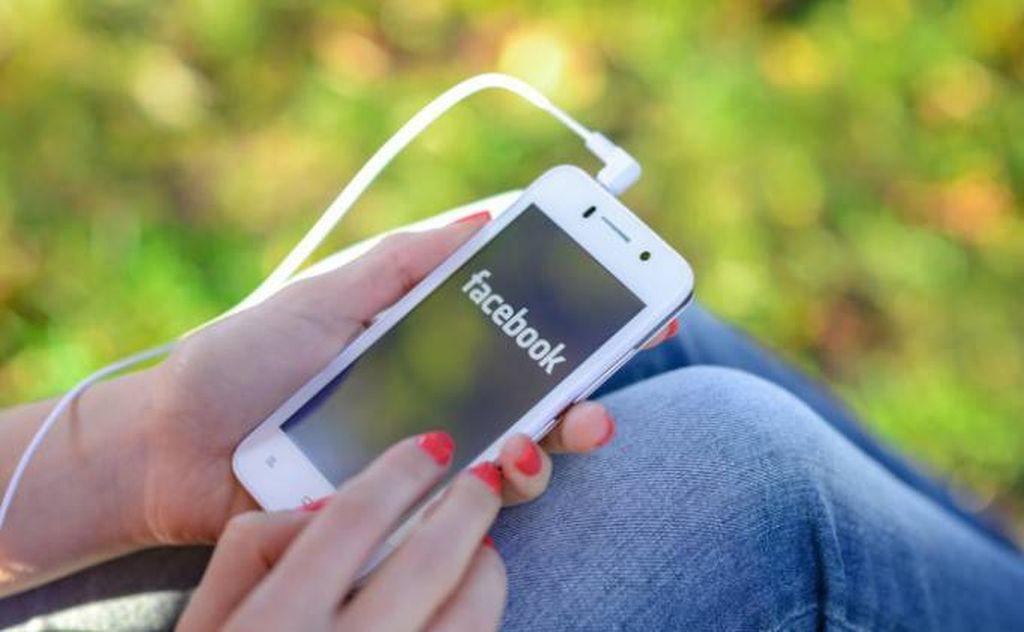 Tu cât stai pe Facebook? Studiu îngrijorător legat de bunăstarea generală și sănătatea mintală