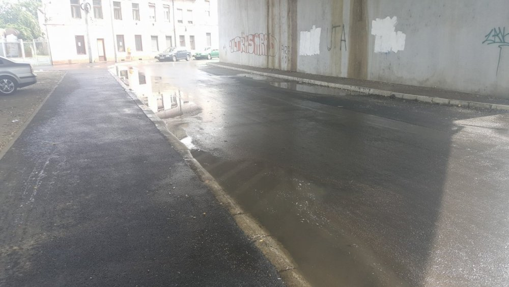 Asfaltările prost făcute, pe străzile Aradului, date de gol de ploaie (FOTO)