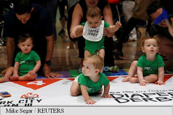 Cursa bebelușilor, un eveniment cu biberoane autorizate unde toată lumea râde