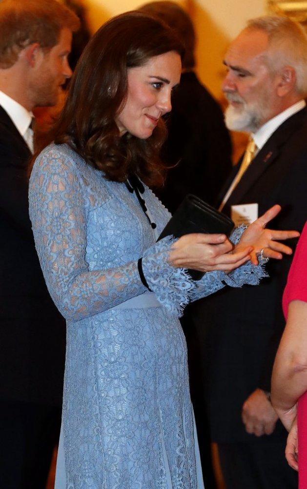 Kate și-a arătat burtica de gravidă