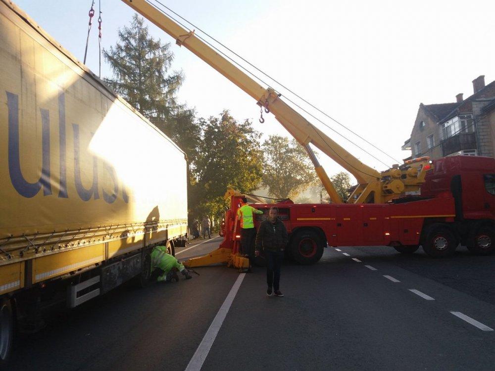 DN 7 a fost blocat, din cauza unui TIR răsturnat la Bârzava