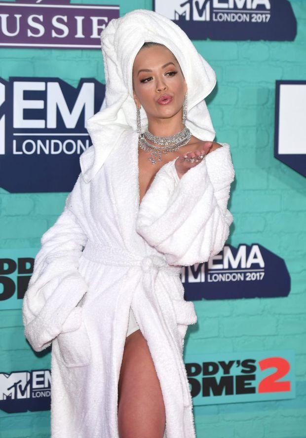 Ținută de vedetă. În halat de baie și cu prosop pe cap, la gala premiilor MTV Europe Music Awards