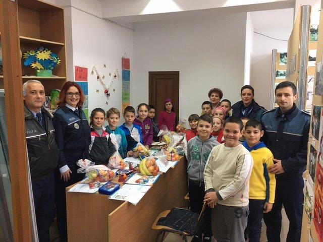 Polițiștii arădeni au îmbrăcat haina lui Moș Nicolae pentru copiii din Bata