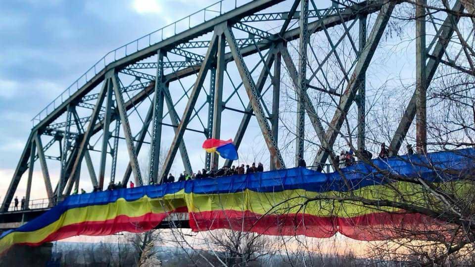 Cele două maluri ale Prutului, unite de tricolorul românesc