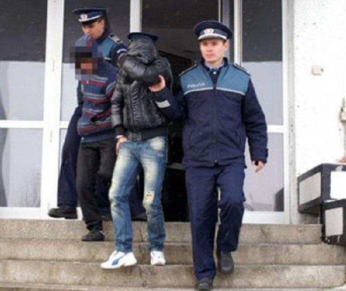 Autorii unor furturi de telefoane mobile, identificați de polițiștii arădeni