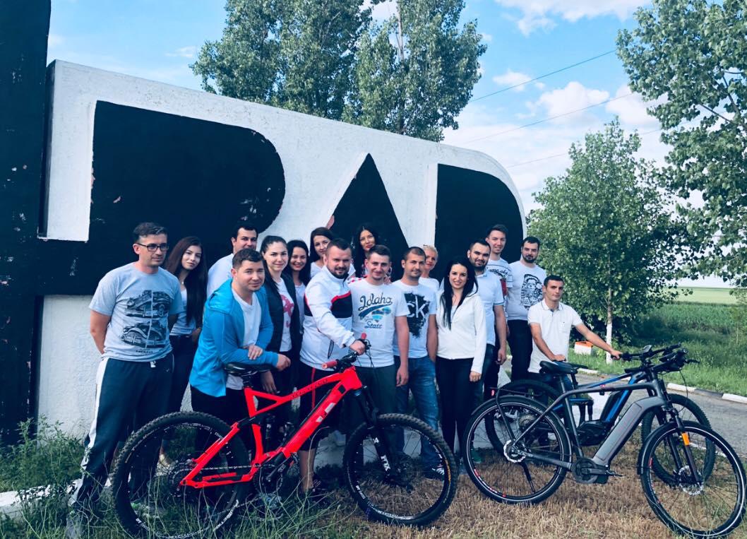 Tinerii din ALDE Arad pedalează pentru un viitor fără poluare