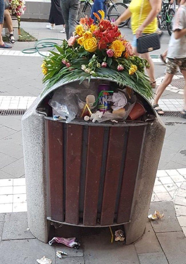 Ce oameni! Cum să arunci gunoiul pe jos, când coșul este gol?