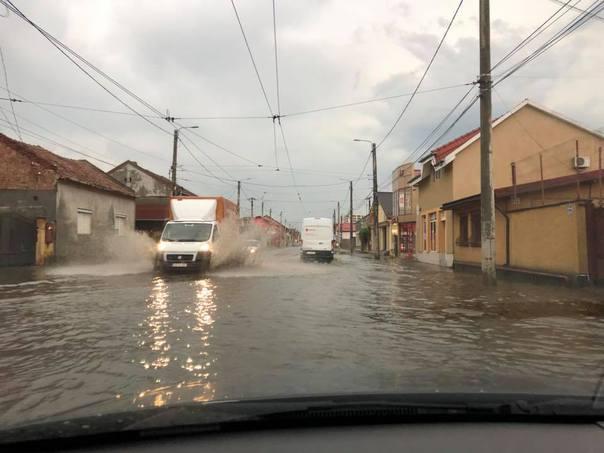 Rupere de nori la Arad: străzi inundate şi copaci puşi la pământ