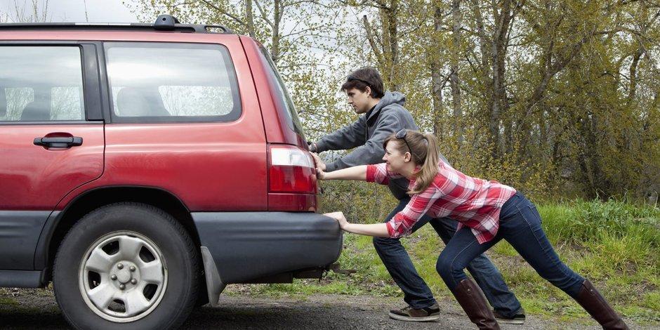 10 greșeli făcute la volan fără să îți dai seama că îți strică mașina