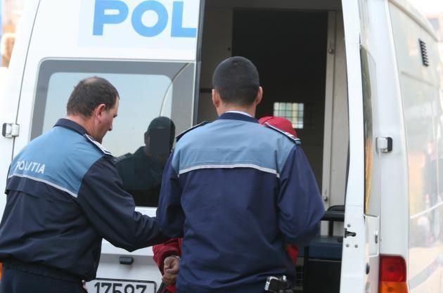 """Un minor din Șiria a furat o autoutilitară, a condus-o și a """"parcat-o"""" într-un șanț"""