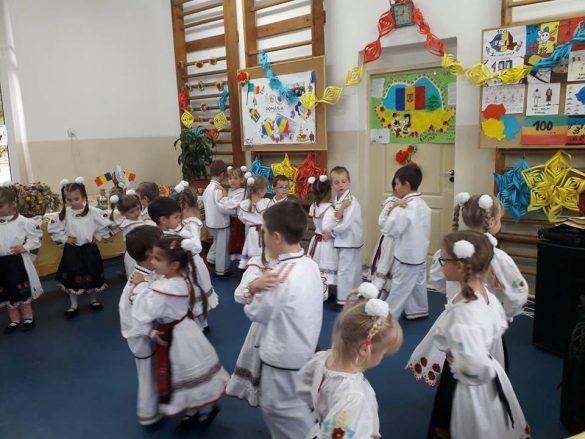 """(FOTO) """"România Centenară"""", sărbătorită de elevii arădeni"""