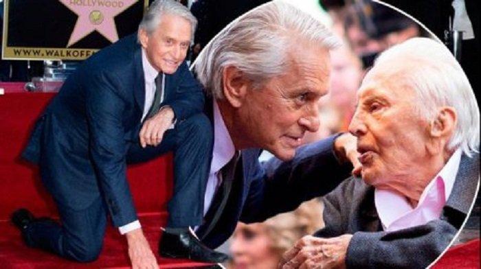 Stea pentru Michael Douglas, alături de a tatălui său, Kirk Douglas, pe Walk of Fame