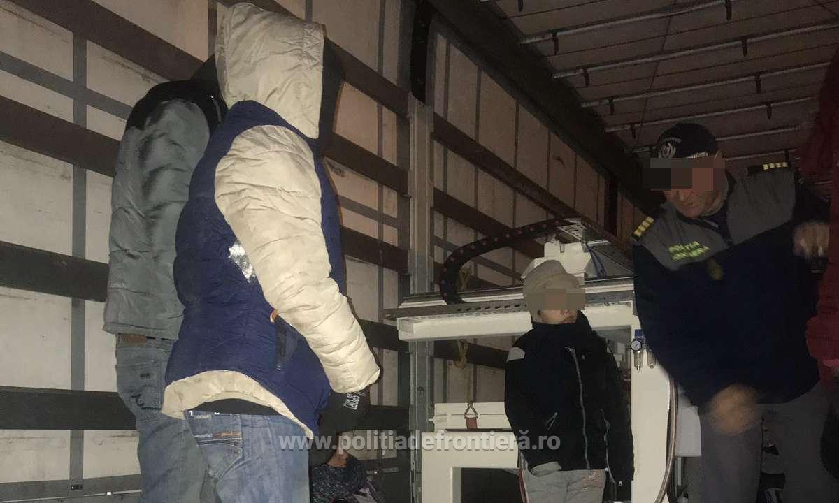 24 de cetățeni străini ascunși într-un automarfar, depistaţi de poliţiştii de frontieră