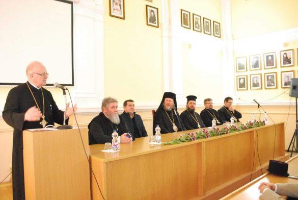 (FOTO) Învățământul teologic arădean și-a serbat ocrotitorii spirituali. Mesajul PS Emilian pentru elevi, studenți, profesori și preoți