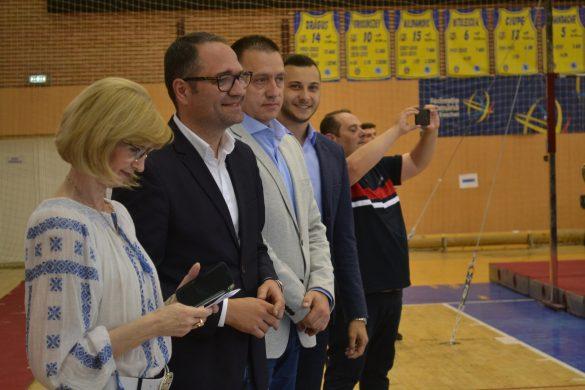 Ministrul sportului a promis, la Arad, investiţii în Polivalentă şi bazin (FOTO)
