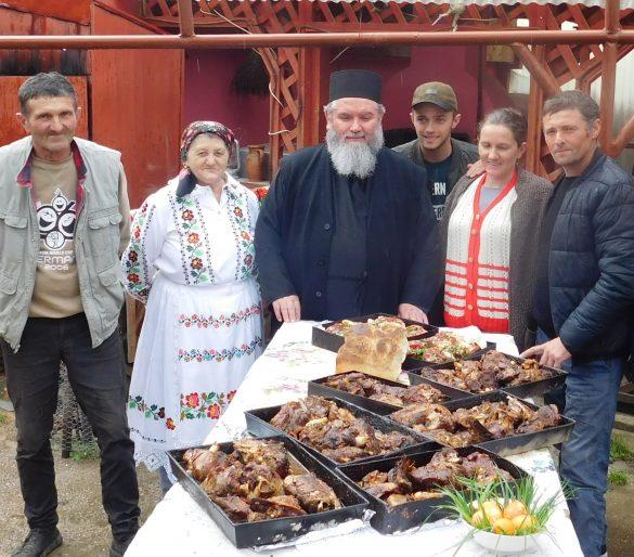 Hrană tradițională gătită de Sfintele Paști pentru zeci de familii defavorizate din Arad