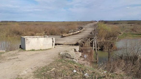 (FOTO) Podul groazei, pe un drum județean din Arad, aflat în administrarea CJA. Nu poți trece nici cu bicicleta